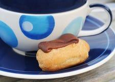 Het gebakje van de chocolade met blauwe verfraaide kop Stock Afbeelding
