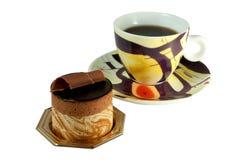 Het Gebakje van de chocolade op witte achtergrond met koffie Royalty-vrije Stock Foto