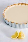 Het gebakje van de citroen scherp op tafelkleed met citroenen stock afbeelding