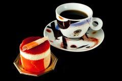 Het Gebakje van het fruit op zwarte achtergrond met koffie royalty-vrije stock fotografie