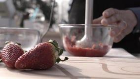 Het gebakje zwaait aardbeien