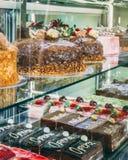 Het Gebakjevertoning van de cakeopslag Chocolade en aardbeiplakken van de fruit de minicake stock foto's