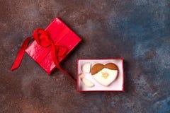 Het gebarsten die hart vormde koekje met suikerglazuur als concept gebroken hart, verbreken en eind van verhouding wordt verfraai stock afbeeldingen