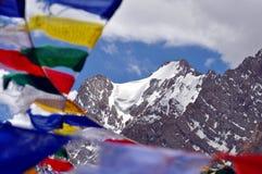 Het gebed markeert met Himalayagebergte op de achtergrond Stock Foto