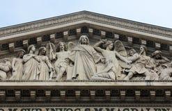 Het gebeeldhouwde timpaan van de `-kerk van La Madeleine `, Parijs royalty-vrije stock fotografie