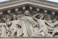 Het gebeeldhouwde timpaan van de `-kerk van La Madeleine `, Parijs stock foto