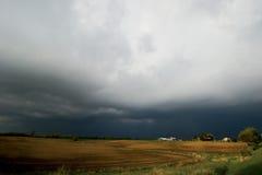 Het gebied en het onweer van het landbouwbedrijf Royalty-vrije Stock Afbeeldingen