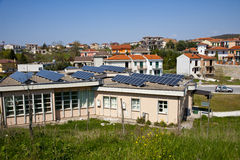 Het gebied en roo van zonnepanelen stock fotografie