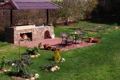 Het Gebied van het barbecueterras in Binnenplaats Gren Grass, Rode Baksteen Royalty-vrije Stock Foto