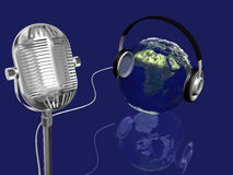 Het gebied van de aarde met hoofdtelefoons en retro mic, muziekconcept Royalty-vrije Stock Afbeeldingen