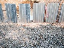 Het gebied van de de onderscheppingsbouw van de zinkmuur graaft een vulkleigat Royalty-vrije Stock Foto