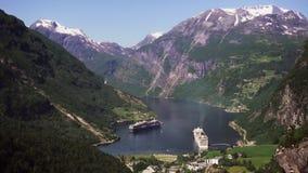 Het gebied van de Geirangerfjord, Noorwegen Luchtmening in de zomertijd Fairytalelandschap met zijn majestueuze, snow-covered ber stock video