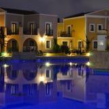 Het gebied van de hotelpool in de avond Royalty-vrije Stock Fotografie