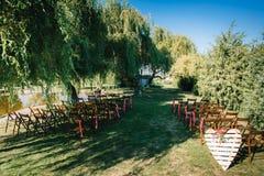 Het gebied van de huwelijksceremonie, het decor van boogstoelen stock foto