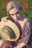 Het gebied van de mooie vrouwenlandbouwer met rode bloemeninzameling stock fotografie