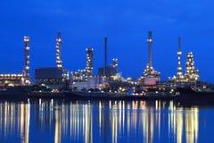 Het gebied van de raffinaderijinstallatie bij nacht Royalty-vrije Stock Fotografie