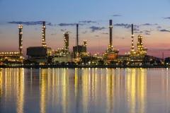 Het gebied van de raffinaderijinstallatie bij schemering Royalty-vrije Stock Foto's