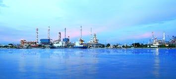 Het gebied van de raffinaderijinstallatie bij schemeringpanorama Royalty-vrije Stock Afbeelding