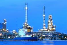 Het gebied van de raffinaderijinstallatie bij schemeringpanorama Royalty-vrije Stock Fotografie