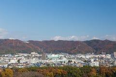 Het gebied van de stadswoonplaats met behandelde berg en duidelijke blauwe hemelachtergrond Stock Foto's