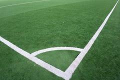 Het gebied van de voetbal en blauwe hemel royalty-vrije stock afbeelding