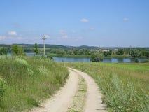 Het gebied van de wegzomer maakt water groen Stock Foto's