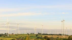 Het gebied van de windturbine op de heuvel voor hernieuwbare energiebron royalty-vrije stock fotografie