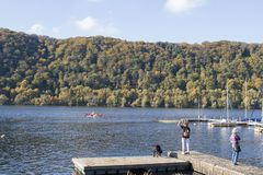 Het Gebied van Hagen, Ruhr, Noordrijn-Westfalen, Duitsland - Ocotober 14 2017: Harkortseemeer op een zonnige dag Royalty-vrije Stock Foto's