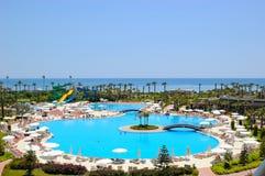 Het gebied van het strand bij populair Mediterraan hotel Stock Foto