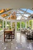 Het gebied van het Sunroomterras met transparant gewelfd plafond stock afbeelding