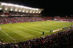 Het gebied van het voetbal bij nacht Stock Afbeeldingen