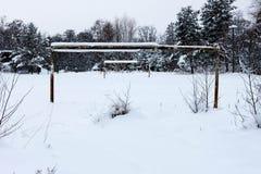 Het gebied van het voetbal in de wintersneeuw stock afbeeldingen