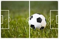 Het gebied van het voetbal en een klassieke bal royalty-vrije stock fotografie
