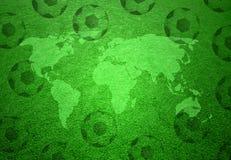 Het gebied van het voetbalgras met wereldkaart en ballenachtergrond Royalty-vrije Stock Afbeeldingen