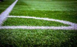 Het gebied van het hoekvoetbal of van het voetbalgebied textuurachtergrond Witte lijnen op gebied Stock Afbeelding