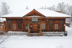 Het gebied van Irkoetsk, 18 RU-Februari, 2017: De bouw van het Volost-Beheer Museum van Houten Architectuur Taltsy Stock Foto
