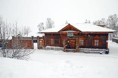 Het gebied van Irkoetsk, 18 RU-Februari, 2017: De bouw van het Volost-Beheer Museum van Houten Architectuur Taltsy Stock Fotografie