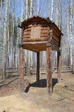 Het gebied van Irkoetsk, 10 RU-Mei, 2015: Mening van pakhuis - Labaz, is een logboekgebouw in verscheidene die kronen met gevelto Stock Afbeeldingen