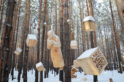 Het Gebied van Irkoetsk, 03 Rusland-Januari, 2015: De samenstelling van het hangen cijfers Park van houten beeldhouwwerken in Sav Stock Afbeelding