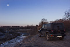 Het gebied van Leningrad, de rivier Tosno, Rusland, 23 Maart, 2016: Foto van een jeep Wrangler op de banken van de rivier in Leni Royalty-vrije Stock Foto