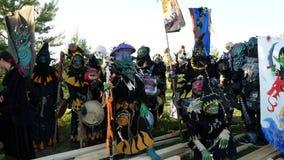 Het Gebied van Moskou, RUSLAND - Augustus 22, 2018: Cosplayers die Warhammer het gepantserde kostuum van het strijderskarakter vo stock videobeelden