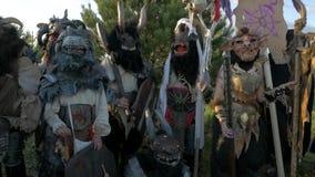 Het Gebied van Moskou, RUSLAND - Augustus 22, 2018: Cosplayers die Warhammer het gepantserde kostuum van het strijderskarakter vo stock video