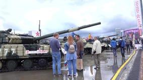HET GEBIED VAN MOSKOU, RUSLAND - AUGUSTUS 25, 2017 Rij van moderne Russische legertanks bij militaire parkpatriot Stock Afbeeldingen