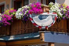Het gebogen glas is geïnstalleerd bij het traditionele gebloeide balkon, zodat kunt u de auto aan een andere richting voor veilig royalty-vrije stock afbeeldingen