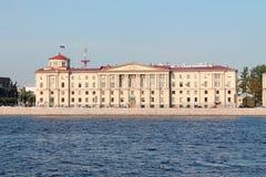Het gebouw is in de stijl van Stalinist neoclassicism op de Arsenaaldijk St Petersburg stock foto