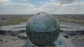 Het gebouw in de vorm van een bal op de achtergrond van het platteland stock videobeelden