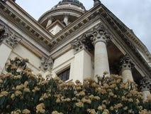 Het gebouw met bloemen stock afbeeldingen