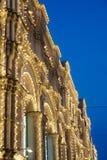 Het gebouw wordt aangestoken bij nacht met slingers en lichten Royalty-vrije Stock Foto