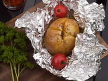 Het gebraden been van de Kip met gebraden gerechten en salade Stock Afbeeldingen