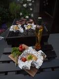 Het gebraden been van de Kip met gebraden gerechten en salade Royalty-vrije Stock Afbeelding